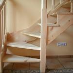 Detalle escalera en madera de pino norte.