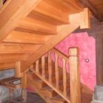 Escalera madera de castaño.